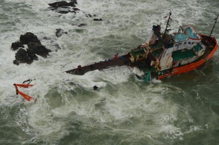 Циклон Тауктае: пропали без вести 74 моряка, ведутся спасательные операции (ФОТО, ВИДЕО)