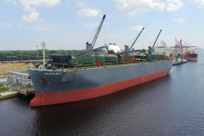 В порту Черноморск загружают судно древесной щепой на экспорт