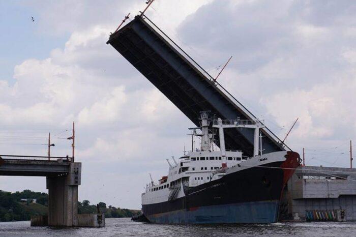 Судно, стоящее в акватории Николаевского судозавода, продадут на металлолом