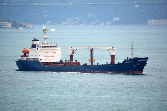 В Херсонском порту судно врезалось в баржи у причала