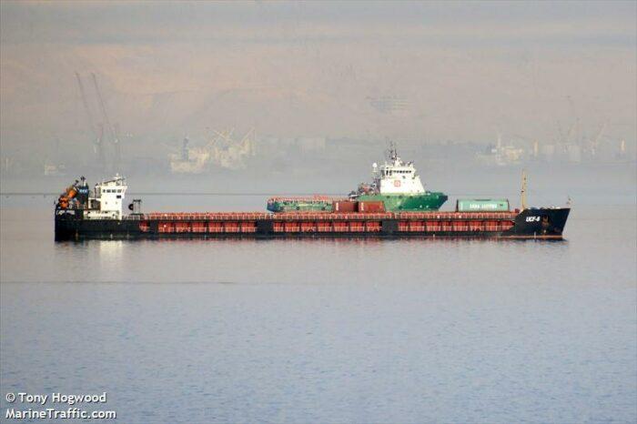 Дежавю: сухогруз РФ сел на мель и заблокировал судоходный канал