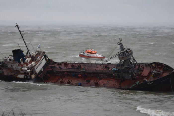 Суд признал за Украиной право собственности на танкер Delfi