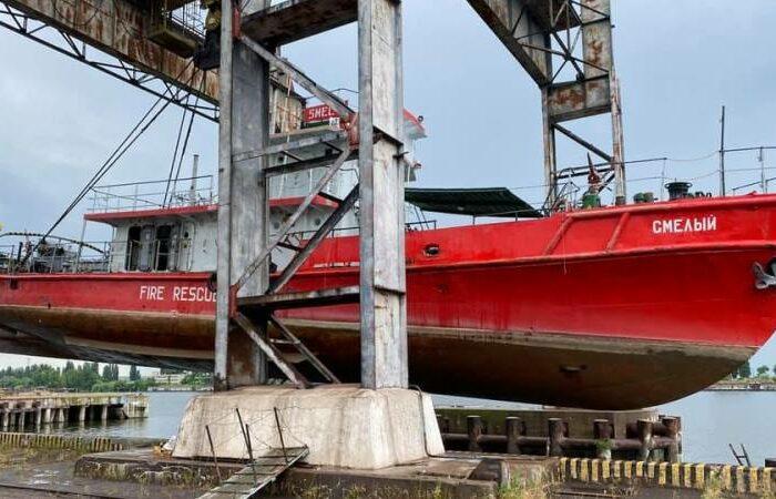 Фото дня: поднятие пожарного катера в порту Рени
