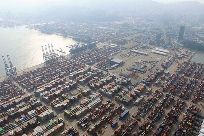 Вспышки COVID-19 в портах Китая могут вызвать дефицит товаров во всем мире