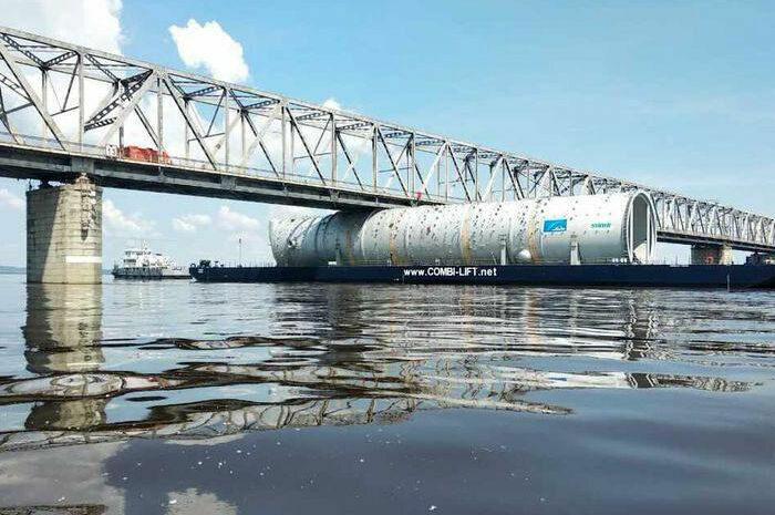 Видео дня: в РФ 100-метровая баржа застряла под мостом
