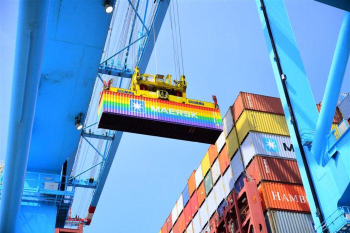 Фото дня: символические радужные контейнеры Maersk появились в порту Роттердам