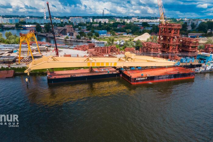 Плавкран «Захарий» снова приступил к строительству моста в Запорожье