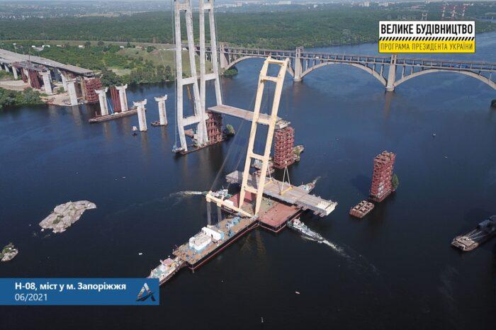 В Запорожье смонтировали 700-тонную секцию вантового моста