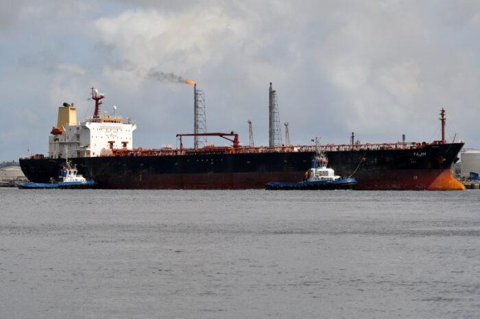 Танкер, виновный в масштабном разливе нефтепродуктов, задержали