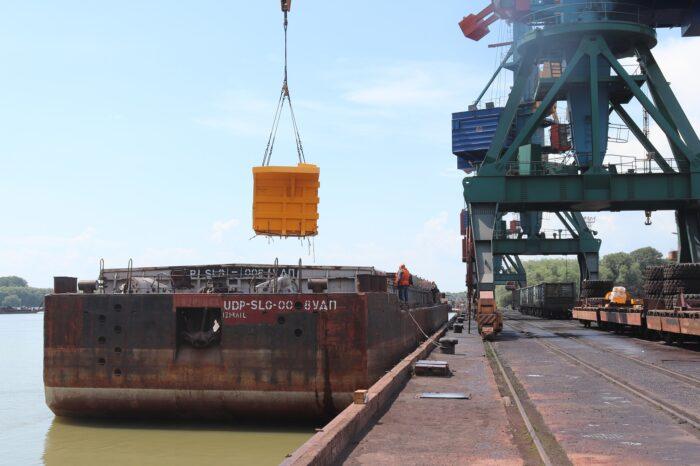 Измаильский морской порт перегрузил партию карьерных самосвалов