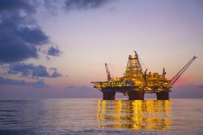 С нефтяных платформ эвакуируют работников из-за шторма в Мексиканском заливе