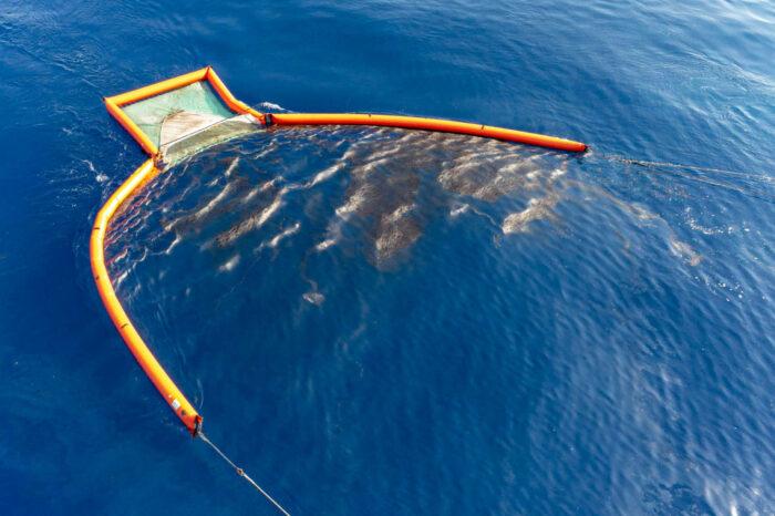 Франция ищет источник разлива нефти у побережья Корсики