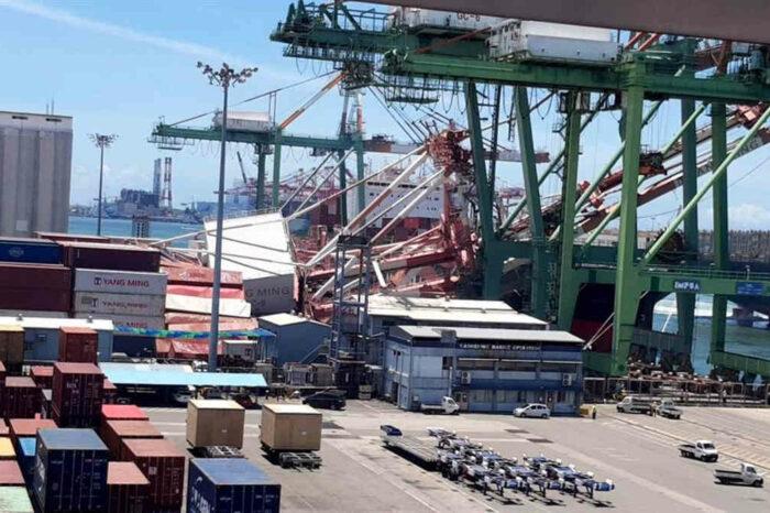 На Тайване столкнулись два судна: рухнули два портовых крана, есть раненые (ФОТО, ВИДЕО)