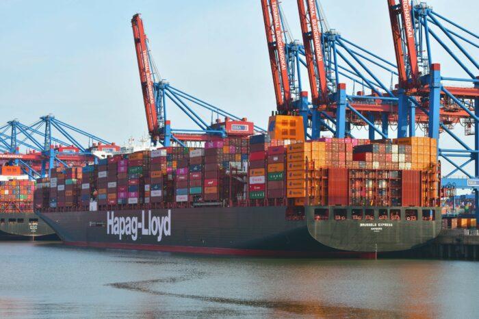 Первый в мире мегаконтейнеровоз на СПГ прибыл в порт прописки