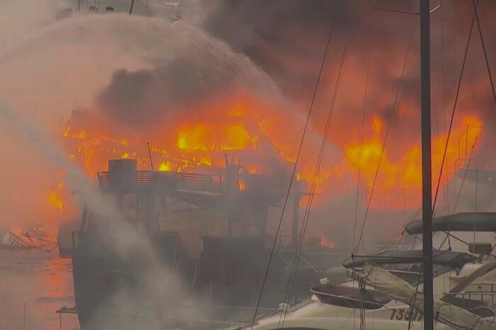 Пожар на марине в Гонконге уничтожил более 10 судов (ВИДЕО)