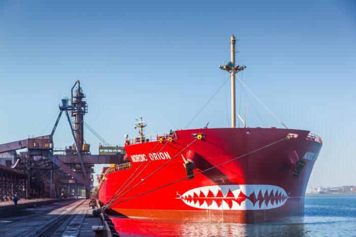 В порт ТИС зашло необычное судно (ФОТО)