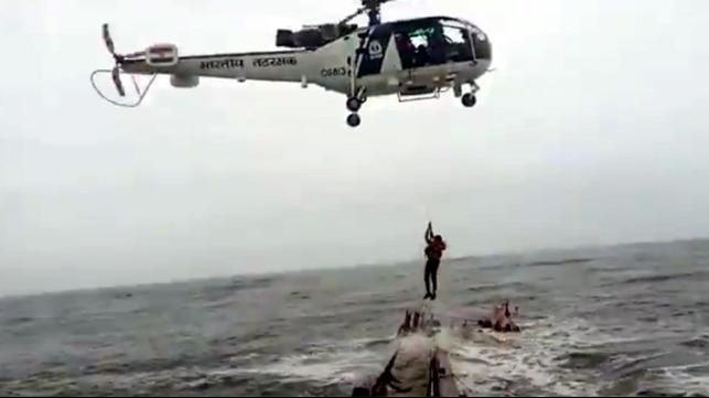 В Индии затопило судно: экипаж эвакуировали вертолетом (ВИДЕО)