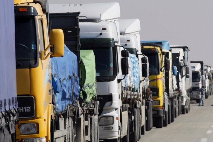 Десятки грузовиков ожидают пропуска в Одесский порт (ВИДЕО)