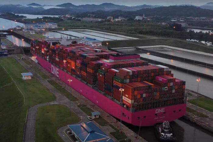 Видео дня: первый проход контейнеровоза ONE Hawk через Панамский канал