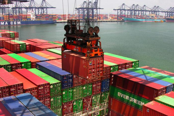 В портах на юге Китая отменили 135 судозаходов за месяц