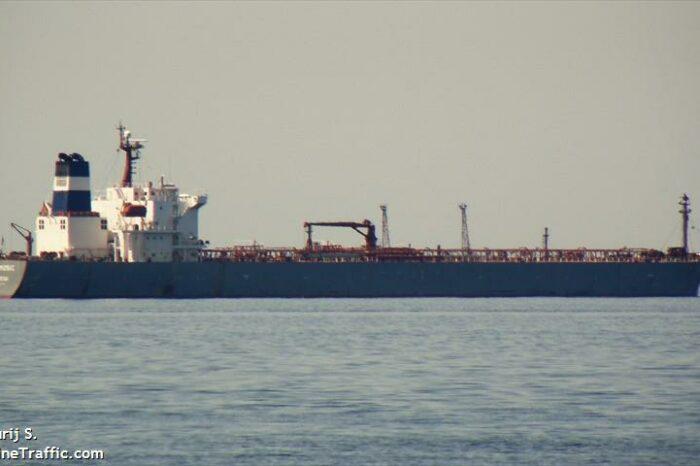 В Испании из-за разлива топлива задержали танкер