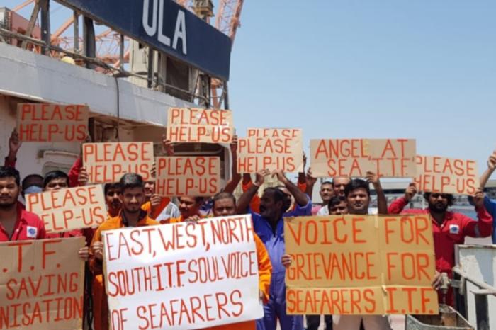 Экипаж брошенного балкера отправляется домой спустя два года на борту