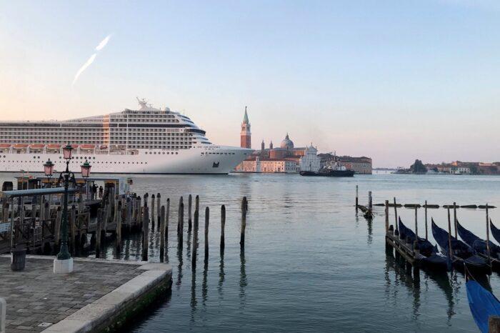 В Венеции жители протестуют против круизов