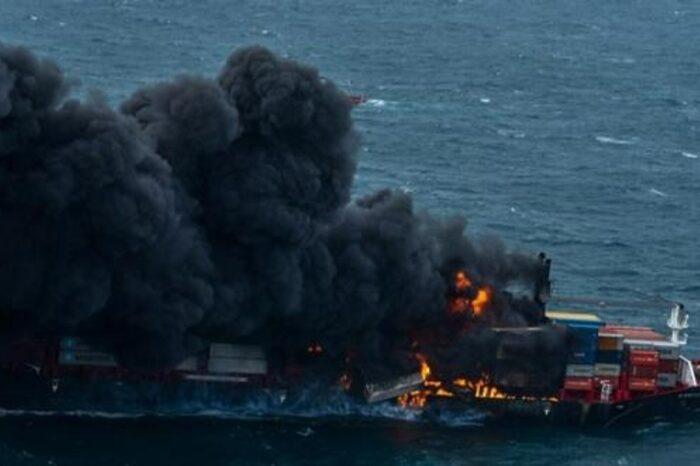 Судно с химикатами, сгоревшее у берегов Шри-Ланки, затонуло