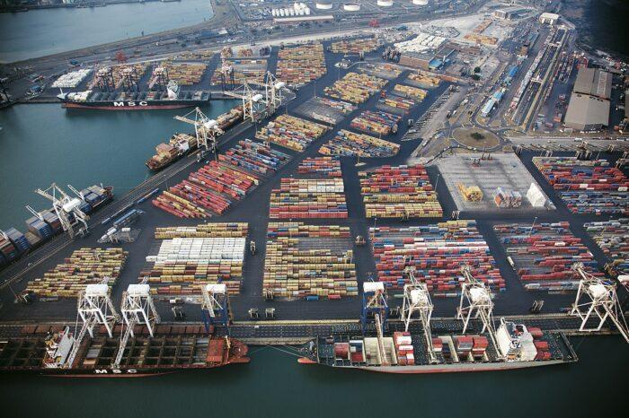 Из-за беспорядков в ЮАР закрыты порты и НПЗ