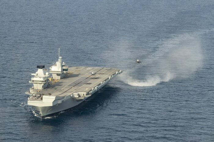 Новейший британский авианосец дошел до Сингапура