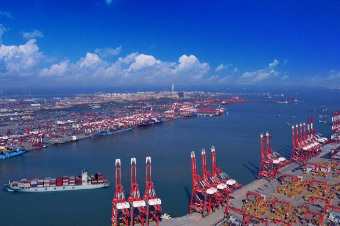 Из портов Китая из-за тайфуна вывели сотни судов