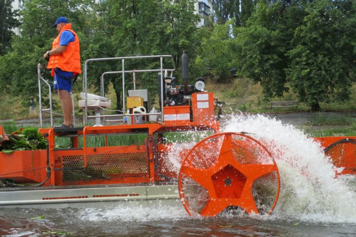 Плавучий комбайн начал чистить Днепр от водорослей и мусора (ФОТО)