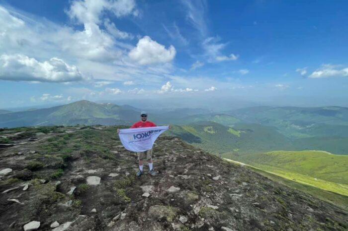 Флаг порта «Южный» установили на вершине Карпат (ФОТО)