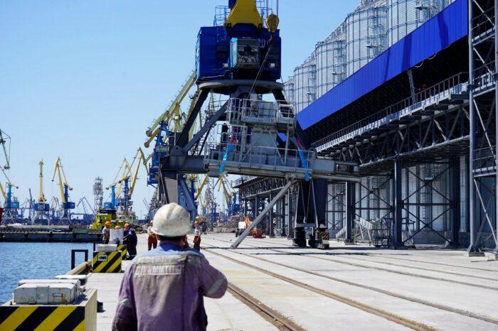 В порту Мариуполя установили судопогрузочную машину для нового терминала