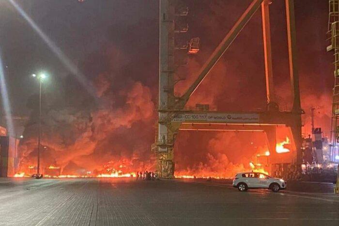 В порту Джебель-Али взорвался контейнеровоз (ВИДЕО)