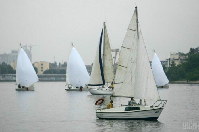 Во время регаты в Одессе перевернулась парусная яхта