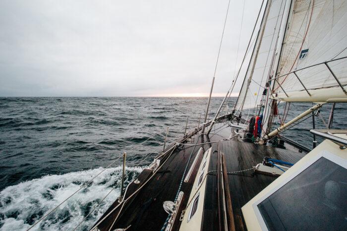 Тонну кокаина обнаружили на яхте в Атлантическом океане