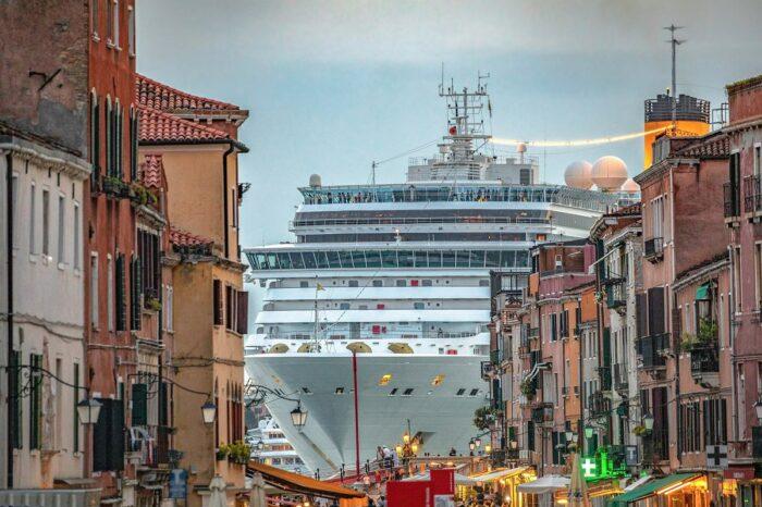 В Венеции запретили проход больших круизников