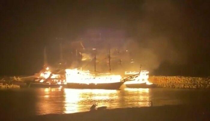 В Турции сгорели четыре прогулочных катера (ВИДЕО)