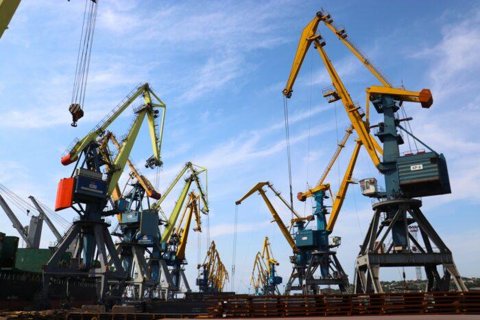 В Мариупольском порту одновременно обрабатывают восемь судов (ФОТО)