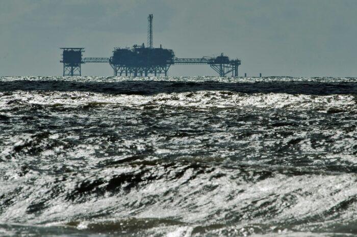 Нефтяные компании приостановили добычу из-за урагана в США