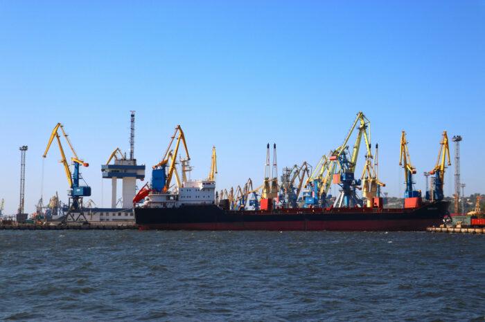 Фото дня: в Мариупольском порту обрабатывают 4 судна одновременно