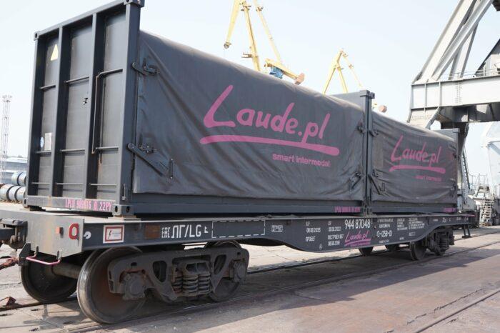 Впервые в Мариупольском порту погрузили сталь в контейнеры с тентами