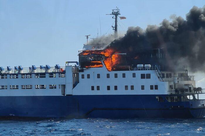 Скотовоз, на котором ранее забили тысячу животных, загорелся у берегов Испании (ВИДЕО)