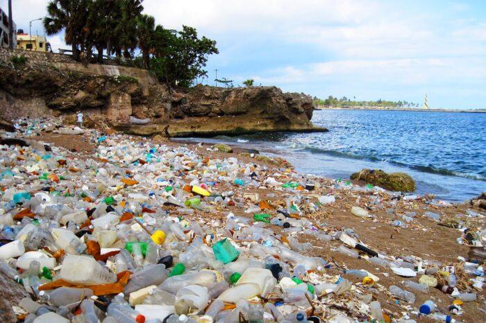 В Индонезии и на Филиппинах пластик из рек переработают в судовое топливо