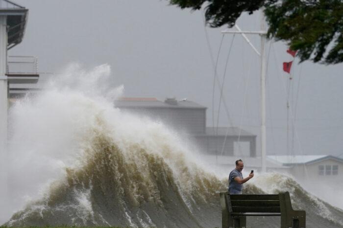 Ураган «Ида» в США нарушил судоходство и повернул Миссисипи вспять