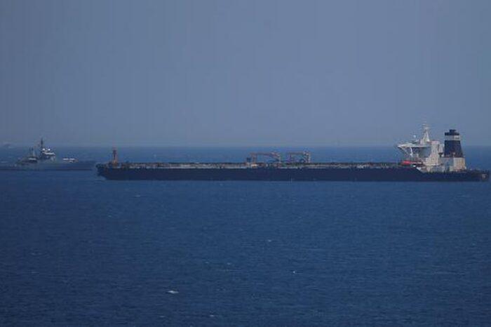 Пять танкеров одновременно потеряли управление у побережья ОАЭ