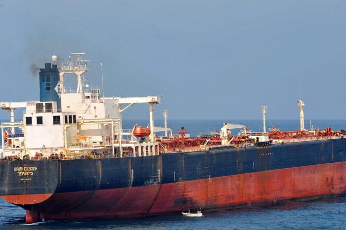 Танкер с индийским дизтопливом разгружают в порту Николаева
