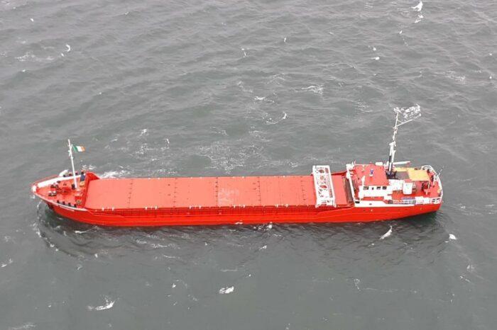 Латвийский сухогруз выбросило на берег в Ирландском море