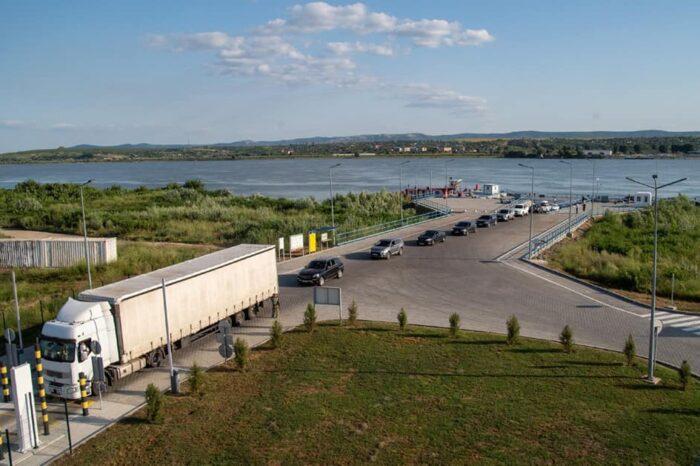 Переправа Орловка-Исакча уже обработала 33 тыс. грузовиков (ФОТО)